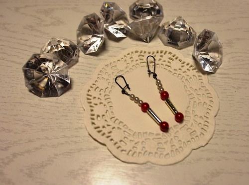 Stříbrná s nádechem čevené
