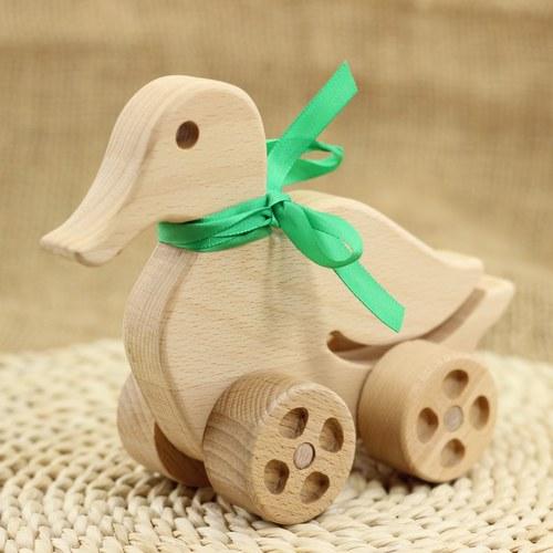 Dřevěná kačenka na kolečkách