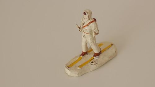 Starožitná hračka, hliněná figurka Lyžař