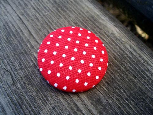 Buttonková brož červená s puntíkama