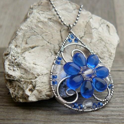 Modrá květinka v kapce