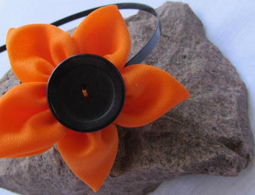 S oranžovým květem ve vlasech