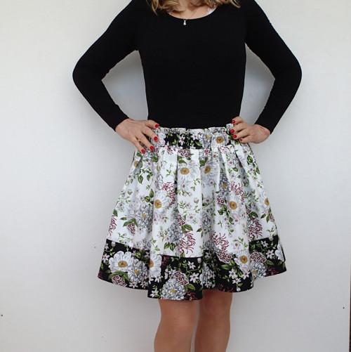 Bíločerná květovaná suknička