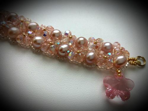 Náramek z říčních perel a broušených  korálků