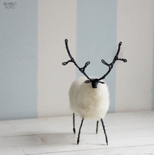 v lese. bílý jelen