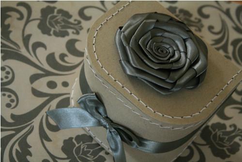 Krabička s kovově šedou růží