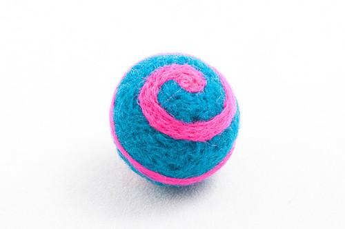 Plstěná kulička pro kočku - tyrkysrůžové spirálky