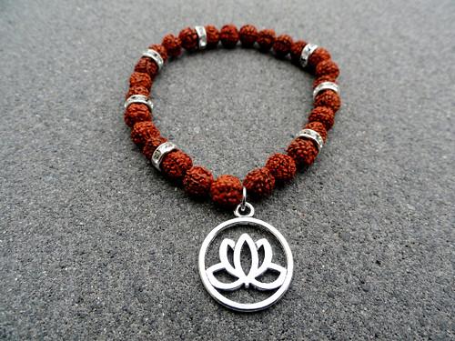 Náramek Rudrakša s lotusem - Štěstí a harmonie