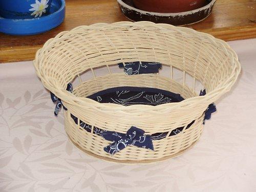 Košík z pedigu z modrotiskovou mašlí