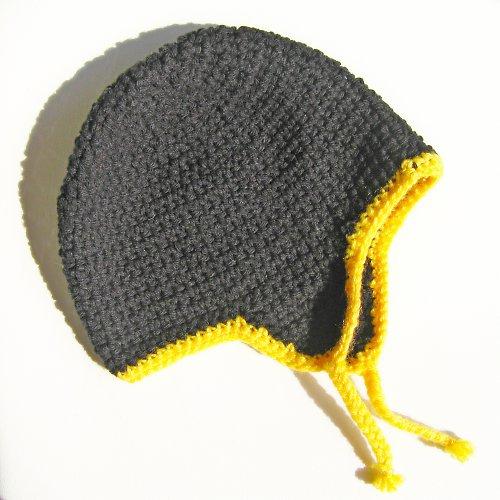 černá ušanka se žlutým lemem