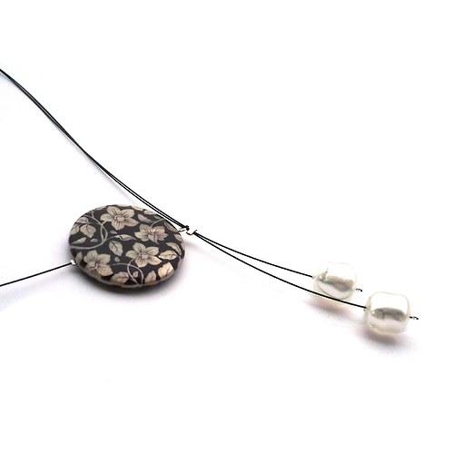 Rozkvetlý perleťový náhrdelník černobílý