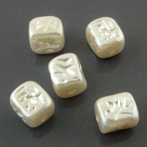 Perleťové korálky kostičky 8 mm - 5 ks