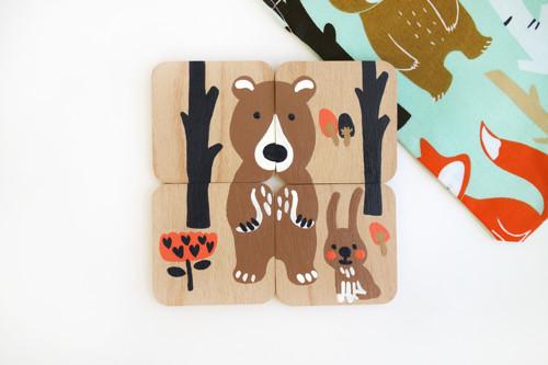 Dřevěná skládačka s látkovým pytlíčkem (medvěd)
