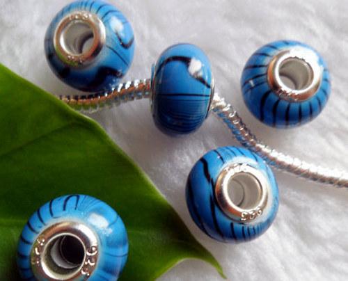 modrý korálek s černými proužky
