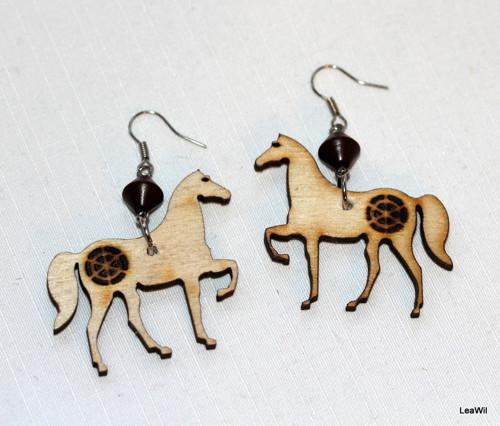 Koně s ornamentem naušnice