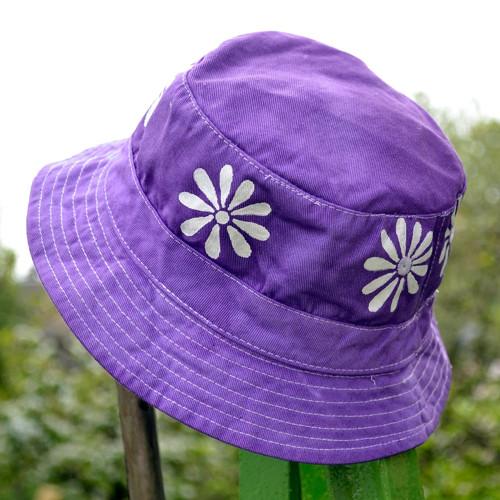 Modrofialový dětský klobouček s kytičkami