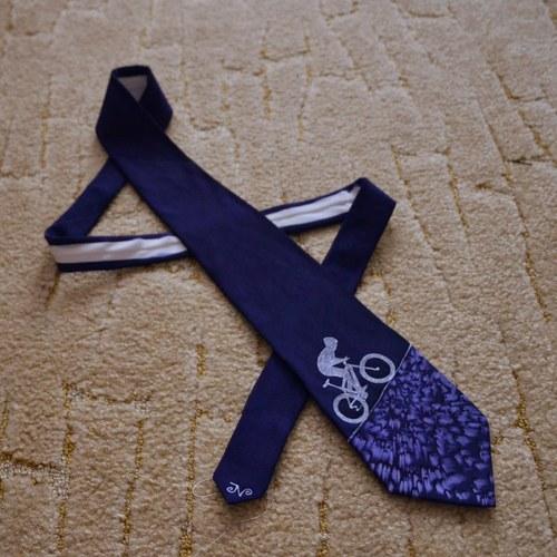 Hedvábná kravata s cyklistou do kopce modrá