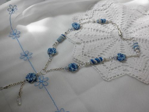 modré válečky a květy