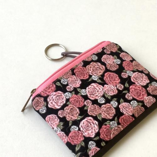 Růžičky na černé - minikapsička / klíčenka