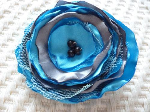 květina na brožovém můstku v tyrkysové