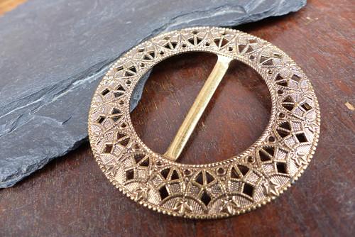 V ornamentu...kovová spona na opasek