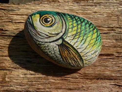 Zelenkavá rybička na kamínek malovaná