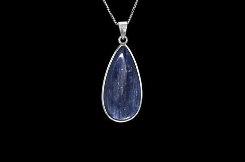 Stříbrný přívěsek s modrým kyanitem