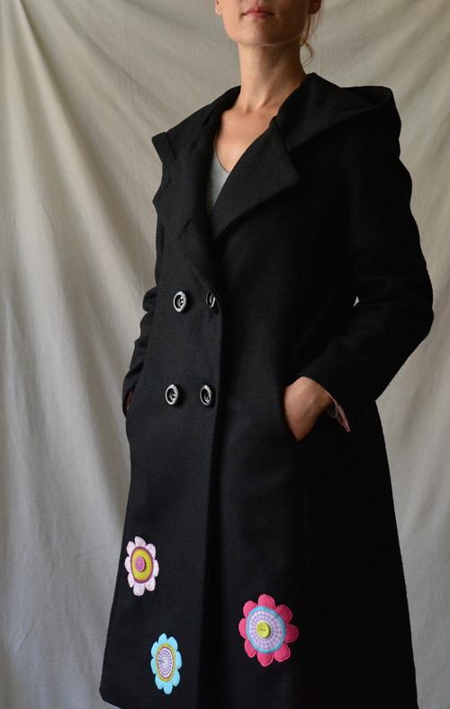 Veselý černý kabát s kapucí