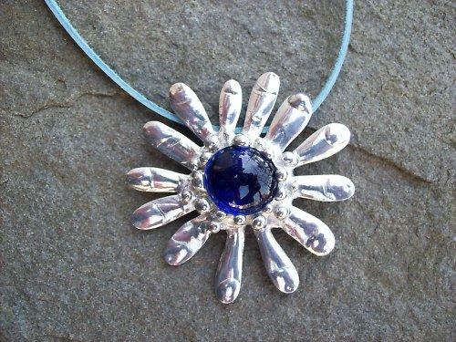 kovová kytička s modrým středem
