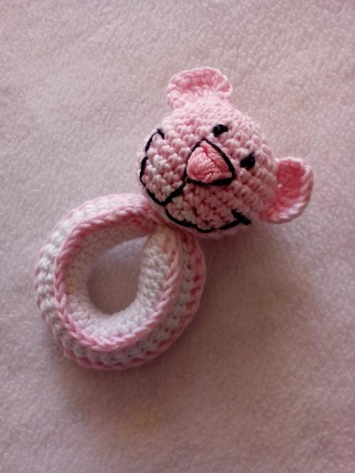 Háčkované chrastítko medvídek ružovy