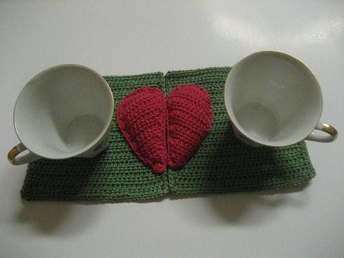 Valentinská háčkovaná  podložka - zelená/červená