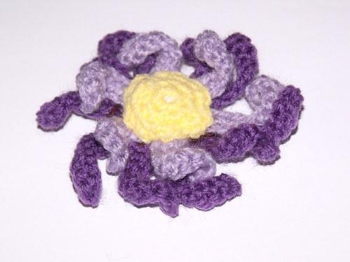 Háčkovaná brož fialová