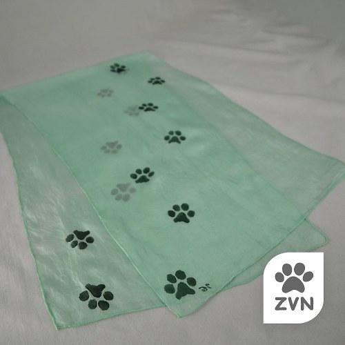 Zelená šála s kočičími stopami
