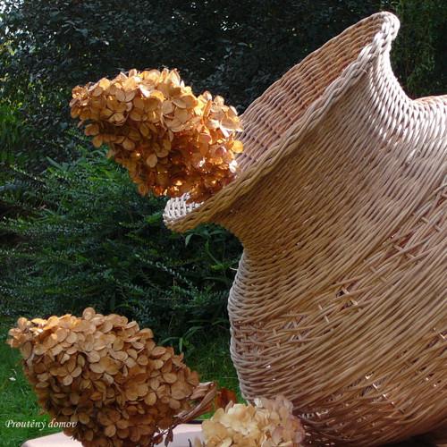 Buclatá váza oříšková