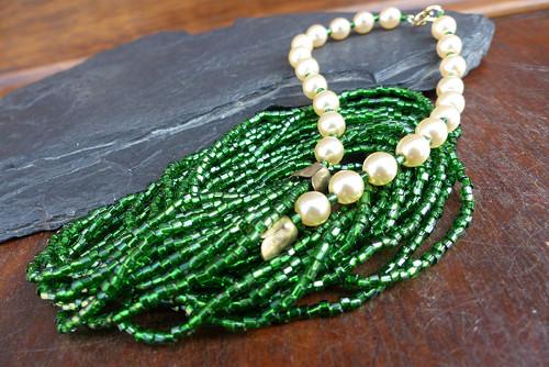 Rosa na trávě...skleněný náhrdelník, Jablonecko