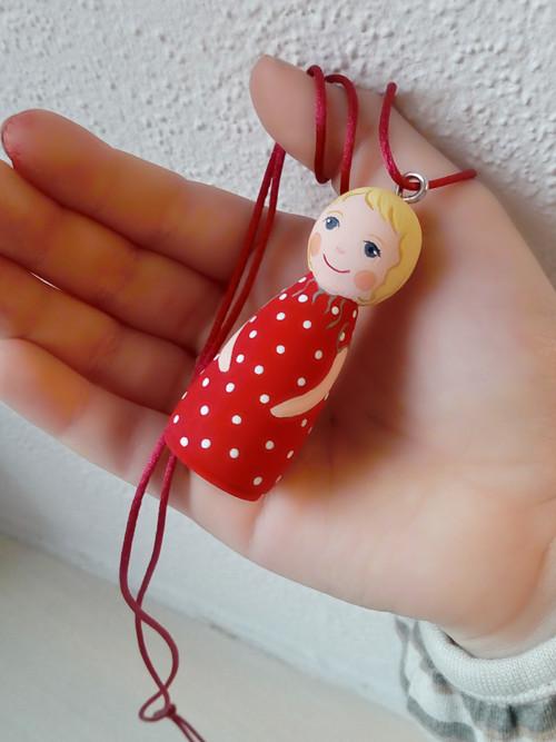 Osobní panenka pro štěstí na náhrdelníku