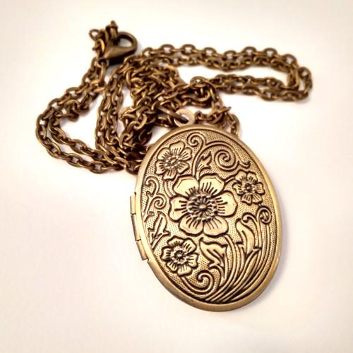Náhrdelník s otevíracím medailonkem s ornamenty