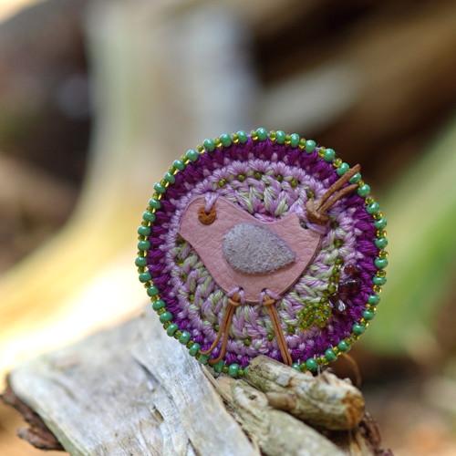 Ptáček trošku lila s kapkou granátu