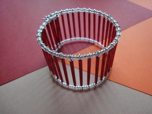 Žebrový náramek s červenými tyčkami