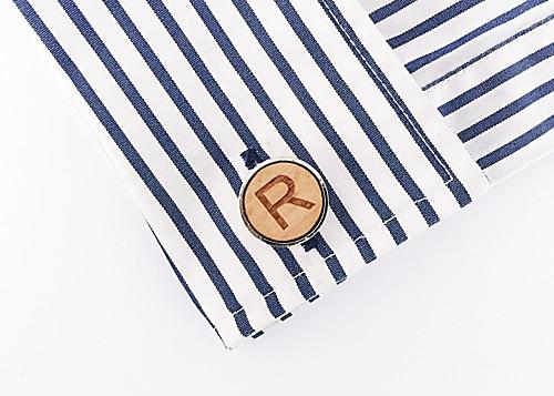 Dřevěný manžetový knoflíček Písmeno R