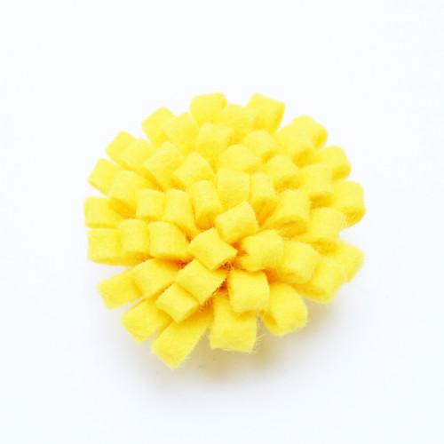 Ozdoba do klopy - filcová žlutá květina