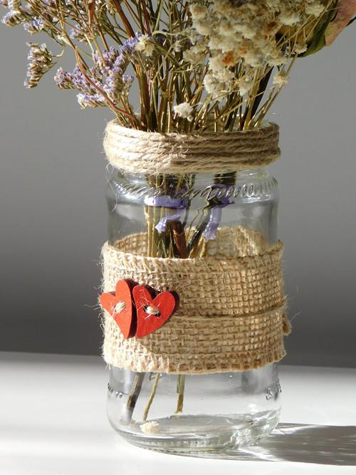 Váza s červenými srdíčky