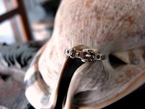 Ring like belt - starostříbrný prsten s kamenem.