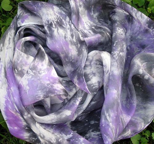 Hedvábná šála Vůně fialek s trochou rašeliny.
