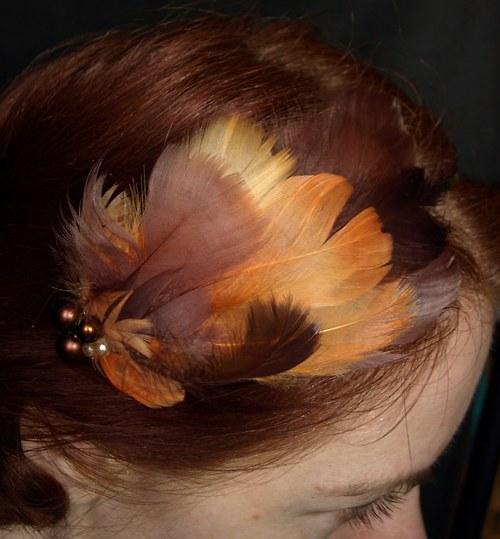 Oranžovohnědá péřová aplikace na zlaté čelence