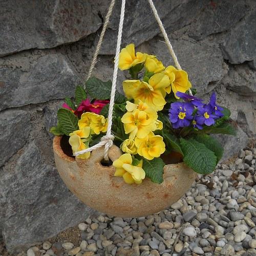 Závěsný květináč s ornamenty
