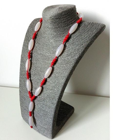 KORÁLE - výrazná červená s šedobílou