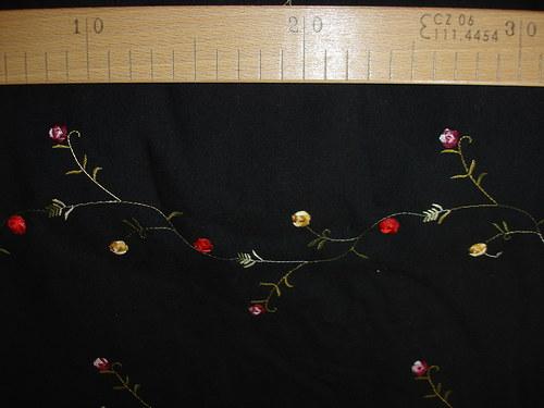 černá bavlna s výšivkou 1m šíře 150cm