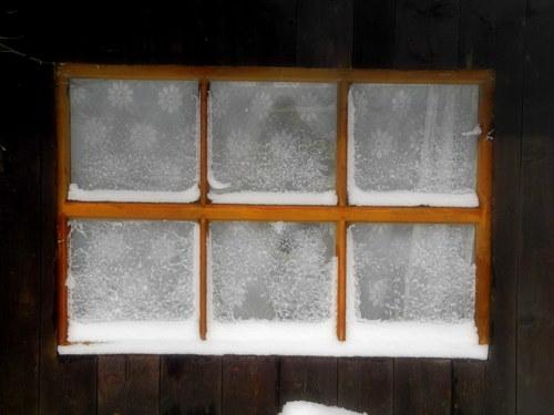 Okénko zasněžené ... zima na horách
