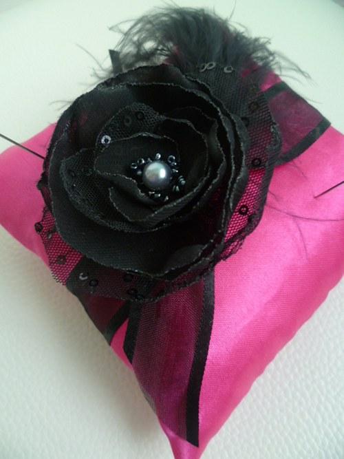 růžovočerný polštářek pod prstýnky